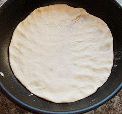 Положить тесто в сковородку