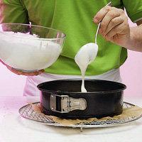 Сырный крем вылить на основу торта