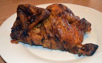 Целая курица в духовке, запеченная с чесноком