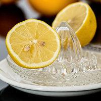 Лимоны разрезать пополам и выжать на мясо сок