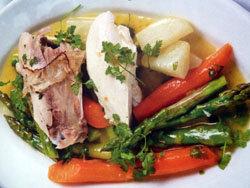 Подать кусочки курицы, овощи