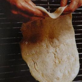 Тесто положить на решетку гриля