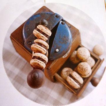 10. Макаронс с лесным орехом и кофейным ганашем