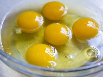 Яйца по одному разбить