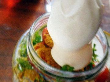добавить соль и перец, затем петрушку, карри и майонез