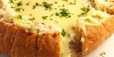 Окунать кусочки хлеба в горячий сыр