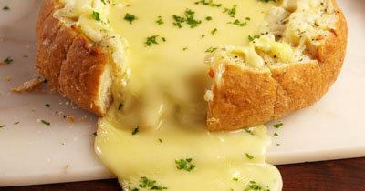 Сыр камамбер с хлебом в духовке.