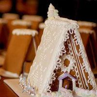 домик можно сделать из готового печенья и сладостей