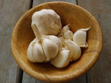 Маринованный чеснок в луковой шелухе