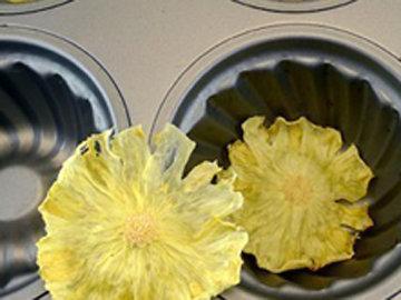 Подать пирог, украсив ананасовыми цветами