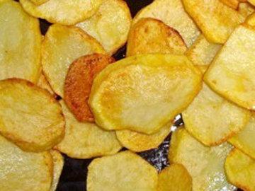 обжарить кружочки и полоски картофеля с двух сторон
