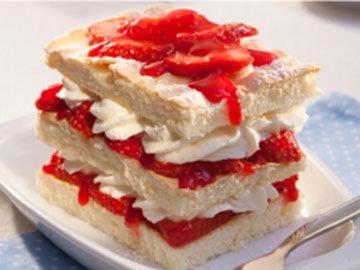 Пирожные готовятся из сезонных ягод