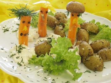 Запеченный картофель с овощами и дипом для детей