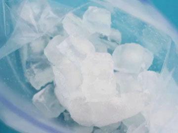 заполнить большой пакет измельченным льдом