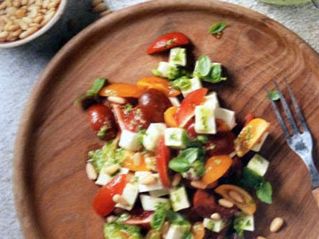 2. Салат с помидорами а ля Капрезе