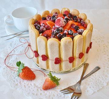Шарлотка с ягодами на любой праздник