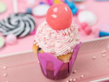 Украсить шарами можно капкейки, торты