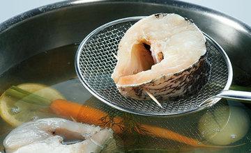 Крупные кусочки рыбы готовят в отваре