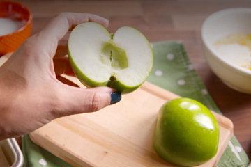 1. Яблоки разрезать пополам