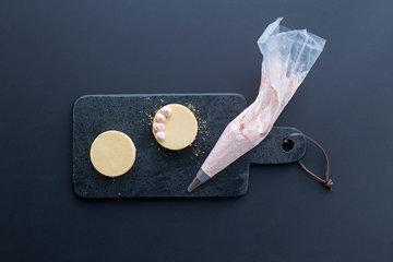 2. Мини-чизкейки украсить кремовыми туфами