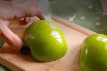 2. прорезать яблоки на ломтики