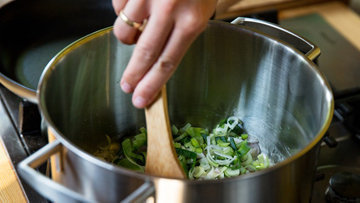 Шаг 2. Мелконарезанный лук-порей и другие овощи готовятся