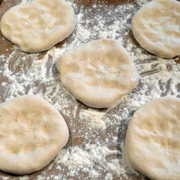 3. вырезать 15 овальных или круглых булочек