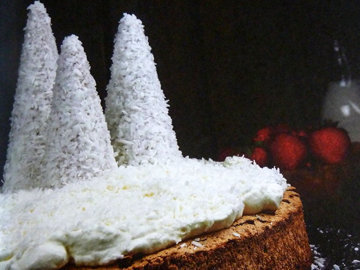 Торт с заснеженными елями