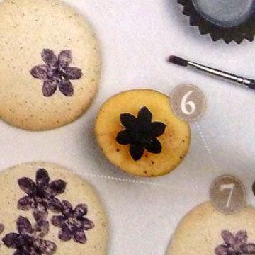 4. кисточкой нанести краску на цветочек на картофеле
