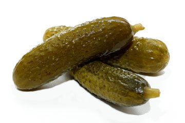 7. Салат из соленых огурцов с горохом