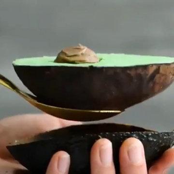 При помощи ложки извлечь мороженое из кожуры