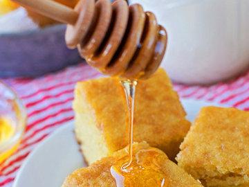 кукурузный хлеб с небольшим количеством меда
