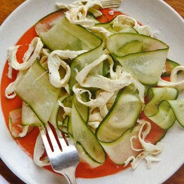 Огуречный салат с сырными ленточками