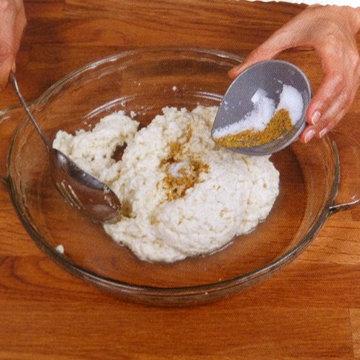 11. Перец и остаток соли добавить и сыр сложить 10 раз