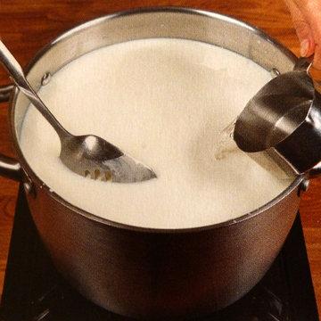 4. Молоко влить в кастрюлю