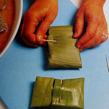 Запеченная рыба в банановых листьях на гриле 4
