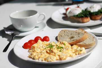 Яичница-болтунья - это простое блюдо из яиц