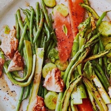 3. Салат с семгой и спаржей