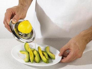 Мякоть сразу поливать лимонным соком