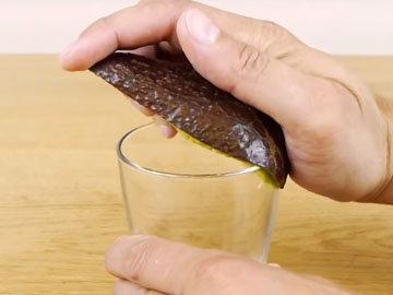 извлечь мякоть при помощи стакана