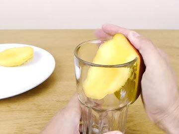 очистить манго со стаканом 1