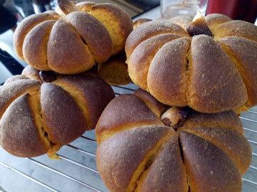 Готовые тыквенные булочки яркие и ароматные