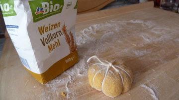 Как сформовать булочки в виде тыквы 5