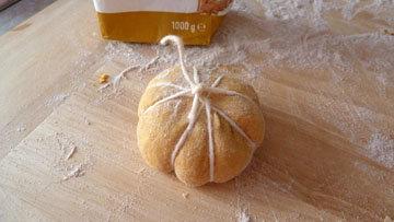 Как сформовать булочки в виде тыквы 6