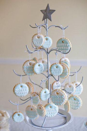 Из печенья можно сделать елочку - украшение для стола