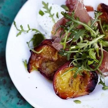 4. Салат с жареным персиком и пармской ветчиной