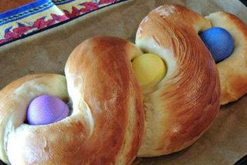 Греческий венок из дрожжевого теста с яйцами