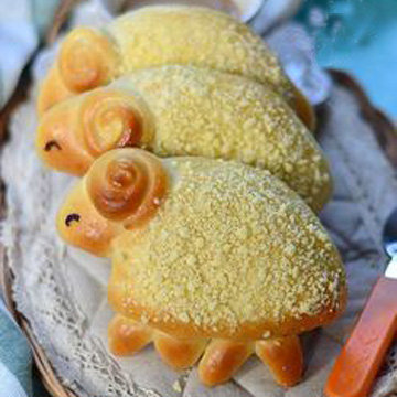 Из дрожжевого теста можно выпечь булочки в виде ягнят