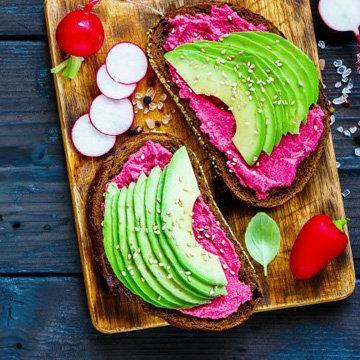 Радужный бутерброд с авокадо и свеклой