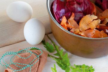 Как красить яйца в луковой шелухе с узором 1